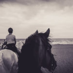 foto passeggiata a cavallo sulla spiaggia in maremma toscana