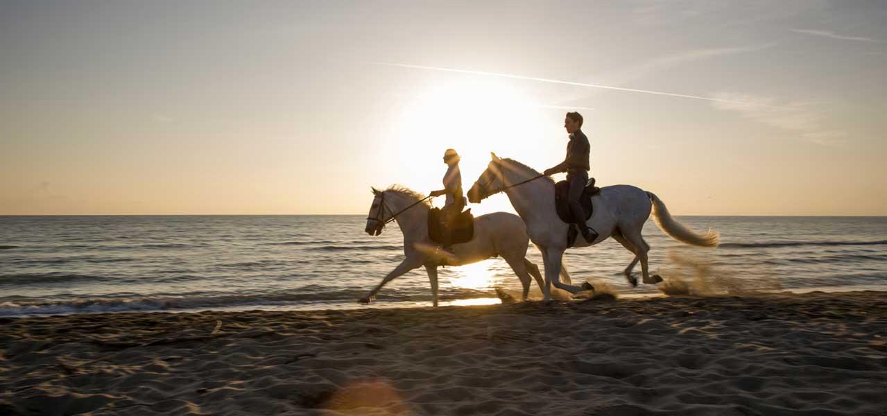 foto passeggiata a cavallo sul mare in toscana